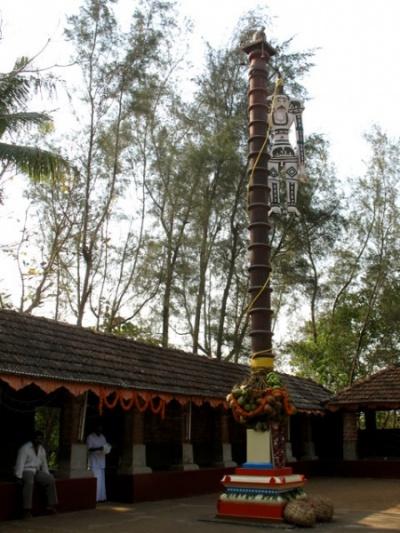 Теям в Арикади. Колонна, украшенная кокосами и тряпичной куклой мусульманского колдуна Али
