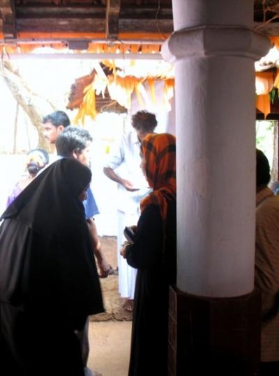 Тейям в Арикади. Мусульманки в храме Али Чамунди Кшетрам