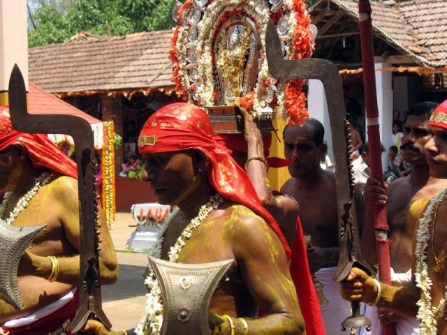 Тейям в Арикади.Яркое шествие с фигуркой богини