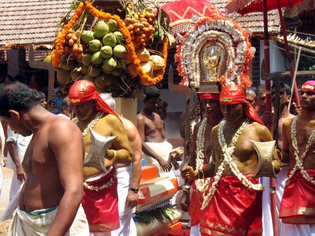 Яркое шествие с фигуркой богини