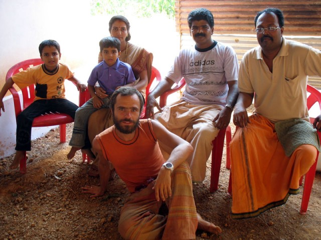 Фото на память. С семьей человека, который готовит бесплатную пищу для всех посетителей фестиваля
