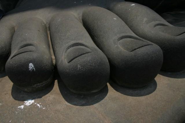 В Каньякумари. Стопа статуи Тируваллура