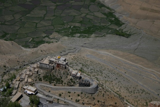Вид сверху на монастырь Ки
