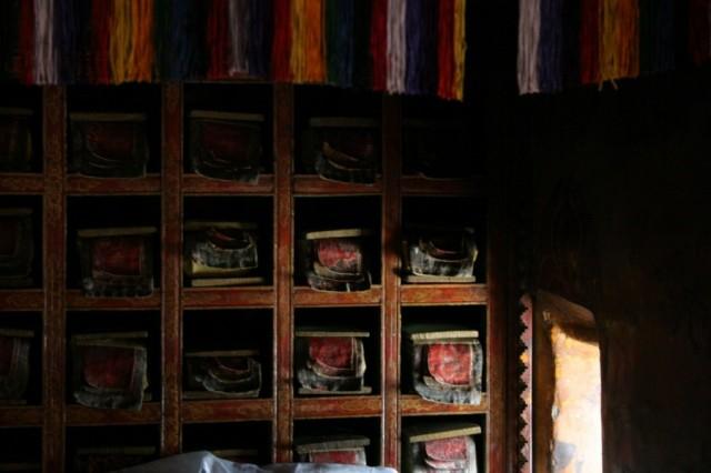 Монастырь Ки в долине Спити. Библиотека. Так в буддийских монастырях хранятся манускрипты