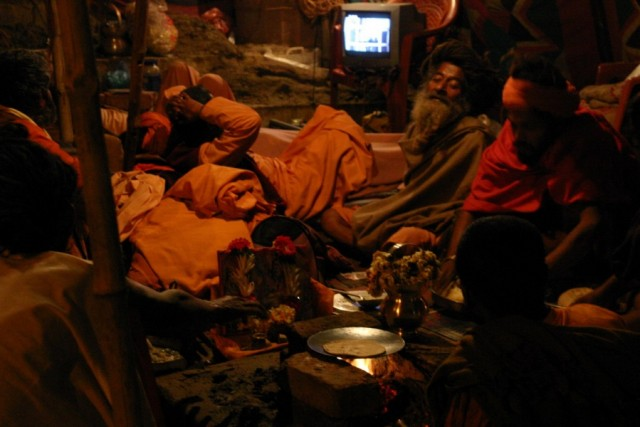 Бабаджинский вечер: телек и чапати
