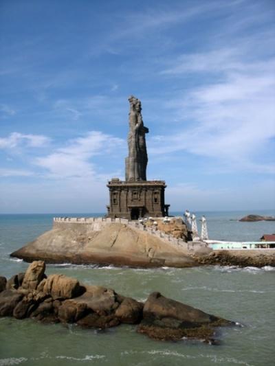 Каменная статуя Тируваллура. Во время цунами волны перекатывали через эту 45 метровую статую