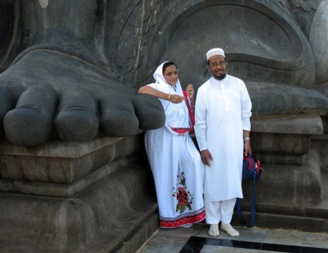 Пара мусульман из Мумбая у каменных стоп тамильского поэта Тируваллура