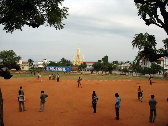 крикет на фоне церкви святой Марии в Каньякумари