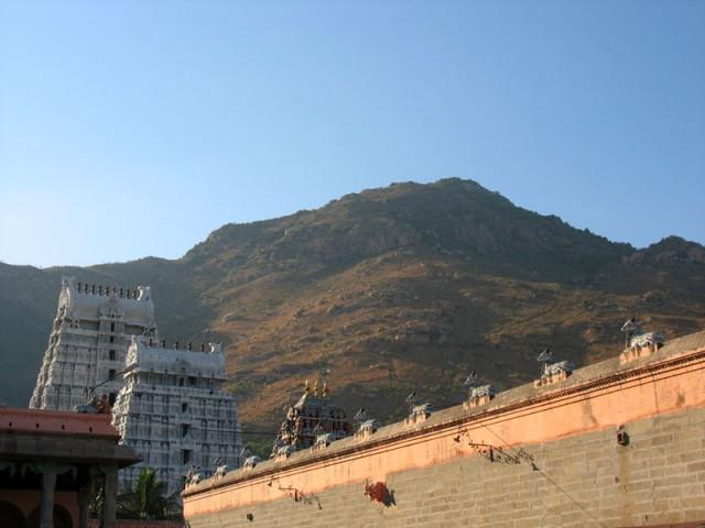 Ворота и стены храма Аруначалешвара на фоне священной горы