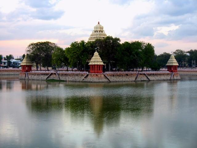 Пруд Мариамман Теппаккулам, посреди пруда – храмик, где гостят божества во время фестиваля лодок