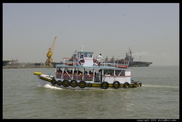 Паром в заливе около Мумбая