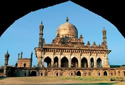 усыпальница Ибрагима Адиль-шаха II в Биджапуре. Карнатака, начало XVII века
