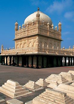 Мавзолей Гумбаз построен по заказу Типу-Султана, легендарного правителя княжества Майсур. Внутри покоятся правитель и его родители, а вокруг — надгроб