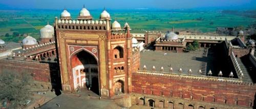 Религиозный комплекс, построенный императором Акбаром. На его территории находится мавзолей святого Селима Чишти (конец XVI века). Сегодня бездетные п
