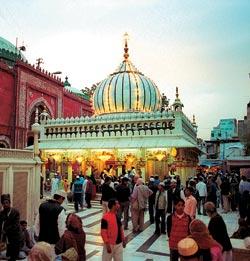 Одно из главных мест паломничества мусульман Индии — гробница суфия Низамуддина Аулия (1238—1325). Слава этого святого настолько велика, что ему покло