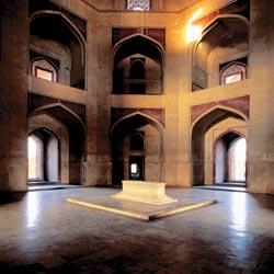 Хумаюн — первый мавзолей Великих Моголов в Индии. Он также самый высокий среди построек своего времени, его купол поднимается на 42 метра. В восьмиуго