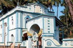 Вход в синагогу в Навгаоне