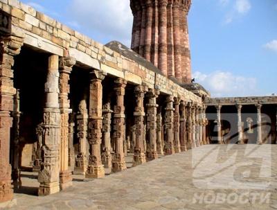 Элементы индуистской архитектуры – резьба и украшения – четко прослеживаются на колоннах мечети Кувват-ул-ислам