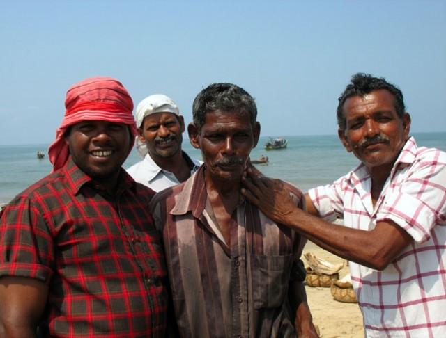 Рыбаки на берегу неподалеку от Каньянгада
