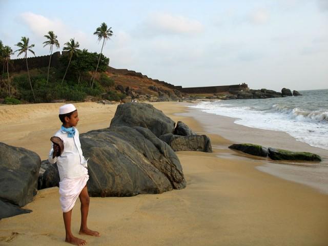 Мальчик-мусульманин на пляже Бекал, за ним – Форт Бекал