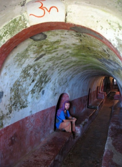 в пещерах Нитьянанда ашрама