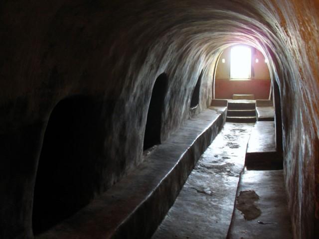 в пещерах Нитьянанда ашрама около Каньянгада. Здесь медитировал местный мудрец