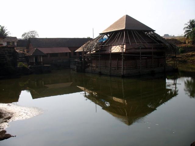 Храм Анантапурам, единственный храм в Керале, стоящий в пруду, правда, маленьком