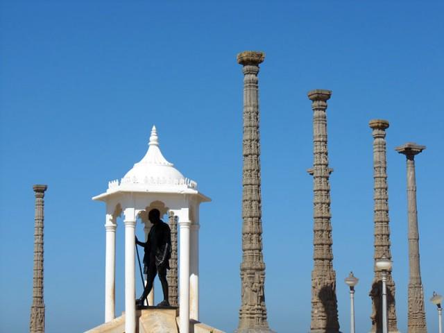 Памятник Ганди на набережной
