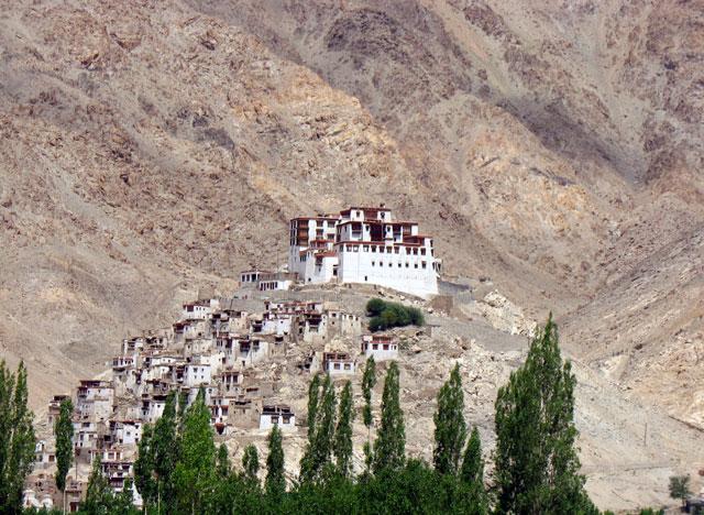 в Ладакхе множество монастырей, это один из них по дороге в Такток