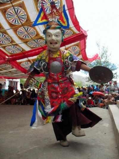 кроме меча он держит монгольский щит, коих в Ладакхских монастырях множество