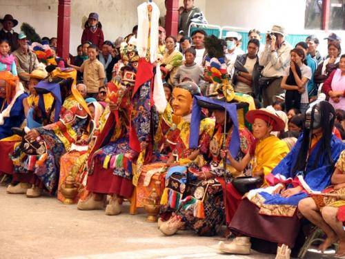Зрители, среди них – и персонажи церемонии