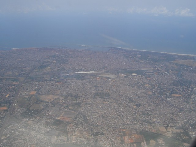 Город с высоты приземляющегося самолета