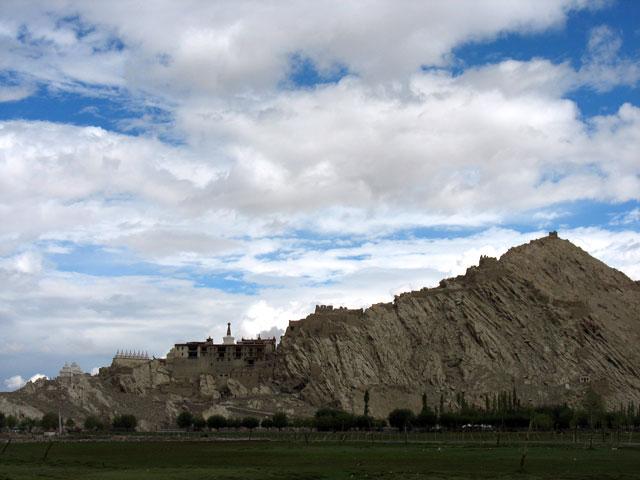 Вид на дворец Ше с дороги в монастырь Тикси