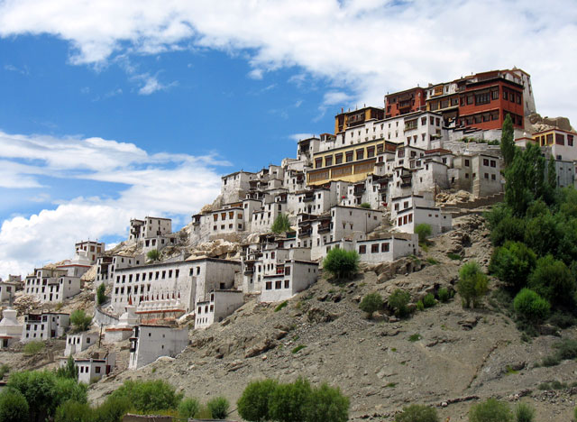 Большой монастырь Тикси смотрится со стороны очень красиво