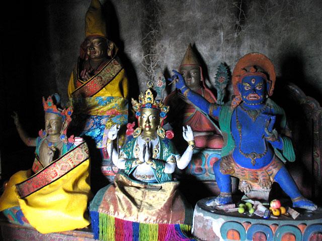 Божества и ламы в старой библиотеке в Тикси