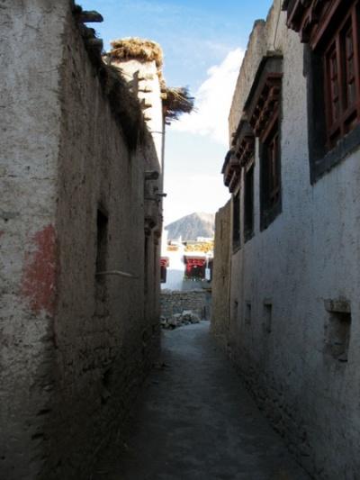 Закоулки в деревне, Алчи
