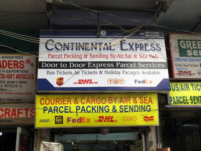 Вывеска конторы, занимающейся пересылкой грузов на Мейн-базаре в Дели