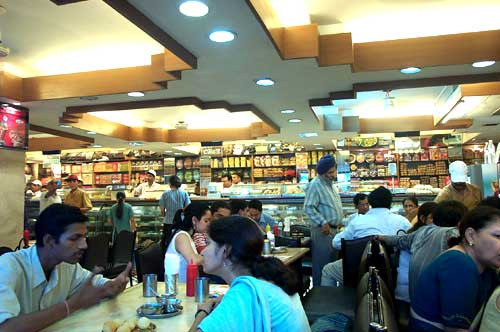 Один из ресторанов сети Saravana Bhavan