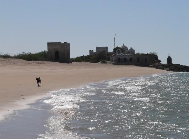 Пляжи Дварки, никого, лишь мечети