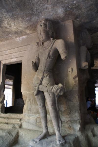Западная молельня центральной пещеры. Гарбха-гриха (целла) с пластическим символом бога Шива-лингамом в центре и стражами-дварапалами по четырем углам