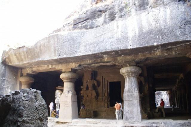 """Алтарь храма Шивы представляет собой кубическую """"постройку"""", изваянную внутри пещеры. В нее ведут четыре входа."""