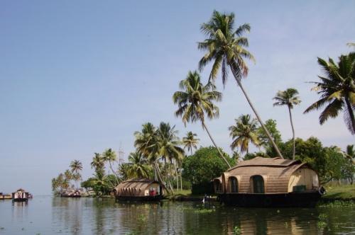 Вот такие лодки там для богатеньких туристов :-)
