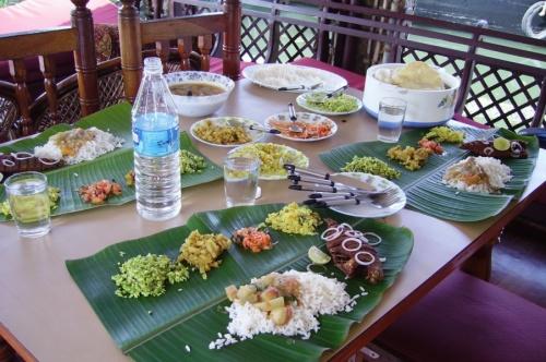 На лодках даже кормят - и это была самая вкусная еда, которую мы ели в Индии. Повар был просто маг.