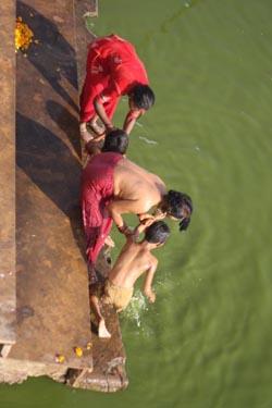 Паломники совершают омовение в озере Пушкар