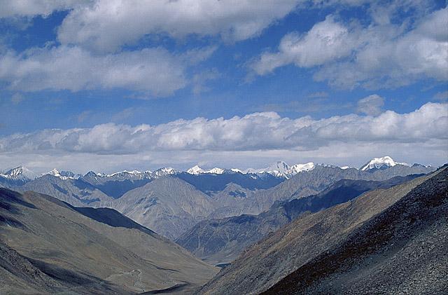 Вид с пер. Кардунг-Ла на долину р. Набра и хр. Каракорум.
