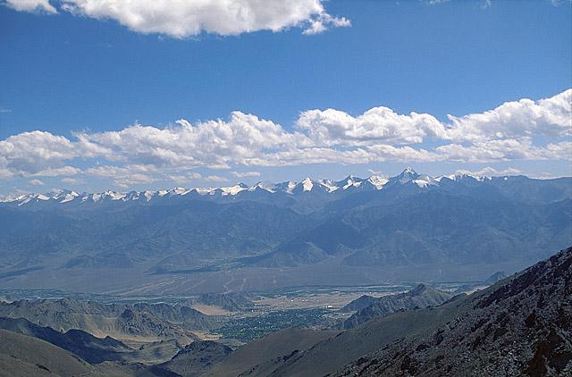 Вид с пер. Кардунг-Ла на долину р. Инд, г. Лех, хр. Сток и Занскар.