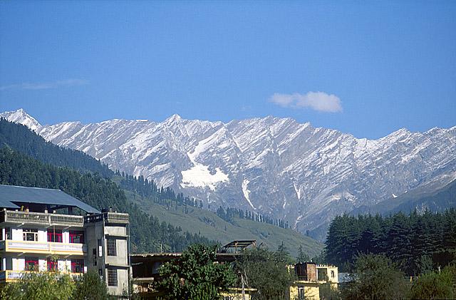 Последний муссонный снег на горах в районе г. Манали.