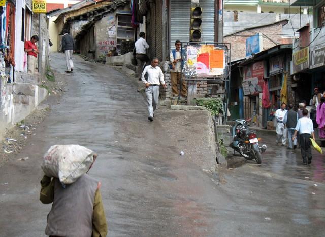 Дорога из Манали в Джиби лежит через город Банджар. Светофор тут, понятно, висит чисто для красоты