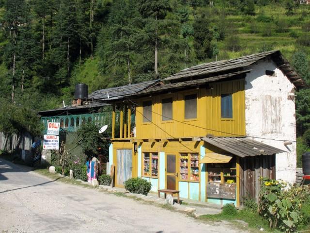 Единственная улица (она же – автотрасса) в Джиби. Тут же – наш Doli Guesthouse