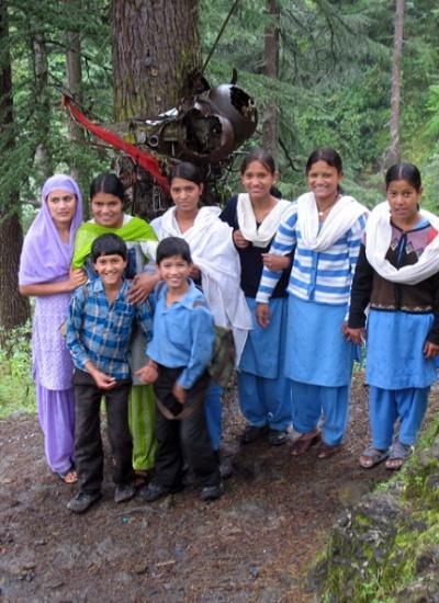 Групповой портрет местной молодежи на фоне дерева-рыцаря, Джиби